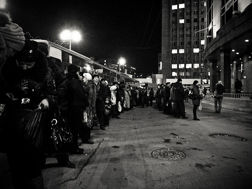 Queue at a bus stop in Vladivostok / photo by street_happens@FlickR